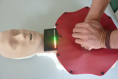 Illuminated LEDs at the upper edge of the mat indicate whether the first responder is administrating chest compressions correctly.